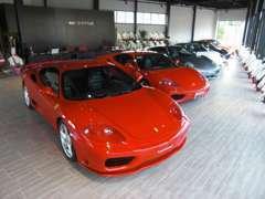 店内にも魅力的なお車を展示しております。ごゆっくりご覧ください。