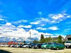 店内には今では手に入り難いミニカーやプラモデル、昔のカー雑誌なども展示販売しております。