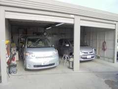 雨の日のお車選びも当店なら安心です。屋根付きスペースにてお車を確認出来ます。もちろん試乗も出来ます。