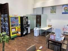 喫煙室、無料ドリンク完備。 コーヒーやジュースも御座います。