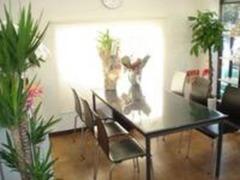 商談ルームは明るく、清潔感のある空間を心掛けております。