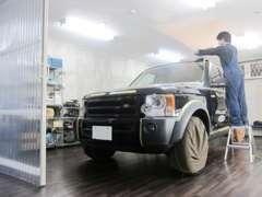 専用コーティングルーム。出庫する全てのお車をチェックします。