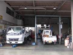 専用のリフトが2台あり、メカニックも常在です。オイル交換から4tトラックまでの修理など、幅広く対応させて頂いております。