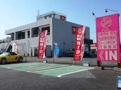 赤い看板が目印かっぱ寿司さんの反対に店舗がございます。お店がわからなければお電話ください お車はこちらに駐車してください