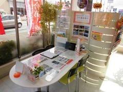 商談スペースは明るくなっております。また商談テーブルの周りにもちょっとした工夫をしましたので見ていただけたらと思います。