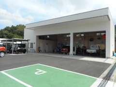 整備工場も併設しております。お車でお困りの際は、お気軽にお立ち寄りください。
