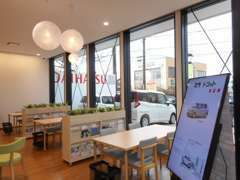 店内は明るいカフェに落ち着いていただける空間を意識しております!
