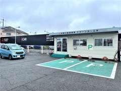 入り口正面にお客様駐車場がございます。