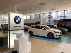 BMWをお探しのお客様は、たくさんのBMWに囲まれる【BMWプレミアムセレクション城東鶴見】で、納得のいく1台をお選びください。