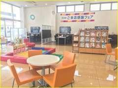 清潔感のある、広い店内です!天井が高いので、解放感がありますね☆キッズスペースとの距離も近いので安心です♪