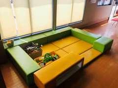 店内にはキッズスペースを設け、おもちゃや絵本をご用意しております!お子様も退屈せずにお遊びいただけます!