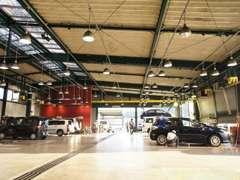 併設のサービス工場です。常時10台はらくらくメンテナンスできる広さ!クリーンさも自慢の一つです!