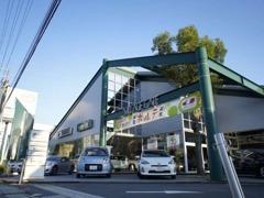 国道沿いに白壁に神戸トヨペットカラーの緑色の屋根を探して下さい。