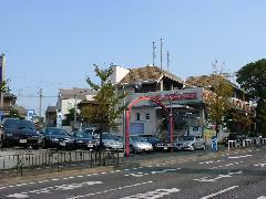 中古車展示場、ショ-ル-ム、メンテナンス工場を備えた【豊中店】