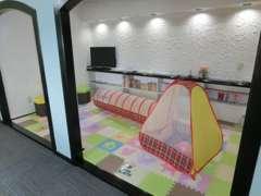 キッズルーム完備。安全設計で除菌済み。子供達にも好評です。