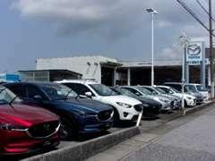 当店はR8に面した新車・中古車・サービスを兼ね備えた、総合店舗です。