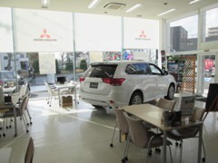 店内はキレイなカフェのような作りになってます!ガラス張りで日当たり良好♪新車の展示や試乗車もございます☆
