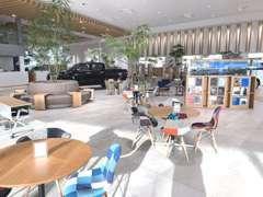 店舗改装工事中ですが、待望の立体駐車場が完成しました。3階はU-Car展示場になっており100台以上のU-Carが展示可能です☆
