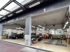 工場を完備しております!ご納車前のお車の分解整備を行わせて頂きます!もちろん納車後の車検、整備、点検もお任せください!