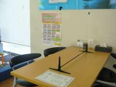 商談テーブルにはついたてを設置しております、もちろんスタッフはマスク着用しています