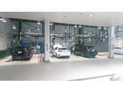 1Fの最新設備完備のサービス工場で専門スタッフが整備します。