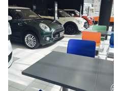 広々とした明るく清潔感溢れるショールームには、常時4台以上の旬なお車を取り揃えております。