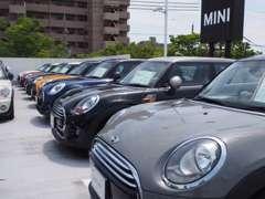 2Fの展示場と駐車場です。お気軽にお立ち寄りください☆認定中古車は常時40台以上取り揃えております。