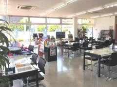 明るく開放的なショールームです♪ゆったりめのスペースで商談テーブル・サービス待ちお客様用テーブルもオシャレに!