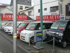 第二展示場には、軽自動車から貨物や商用バン等も揃えて展示しております。お客様用駐車スペースもございます。