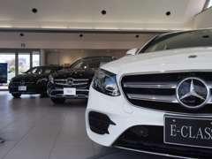 ショールームに新車を展示。新車、中古車同時にご検討頂けます。