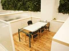 オープンな商談スペースはちょっと…。という方にはこちらの商談席はいかがですか?今後のカーライフについてご相談に乗りますよ