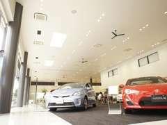 ショールーム内には新車を展示しております。新車・中古車で迷っている方もお気軽にご来店ください。