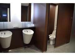 清潔感のあるトイレです。!喫煙コーナーも設けております