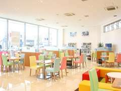 開放感あふれる広い新店舗!床もピカピカです。