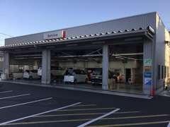 新車ショールーム&サービス工場併設。サービススタッフ6名が、安心のメンテナンスをご提供致します。