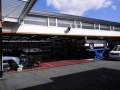 当店はサービス工場も併設しております。納車後もアフターメンテナンスも安心です。