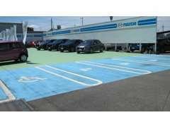 一台のスペースを広めにとった駐車スペースですよ!駐車が苦手な方でも安心して停められますよ♪お気軽にお立ち寄りください☆