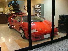 どんな天候でも関係なく展示車両をご覧いただける室内ショールーム!ゆったりとご覧ください。