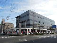 新車ショールーム&サービス工場併設!当社3階、4階が整備フロア、1階にピットと充実した設備で充実のアフターフォローをします♪