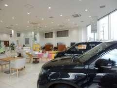 新車と中古車を販売する広いショールームには話題の新型車を展示。新型車の試乗車も多数取り揃えております。