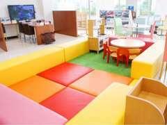店内には広いキッズコーナーをど真ん中に設置。お子様連れのお客様もゆっくりとお過ごし頂けます。