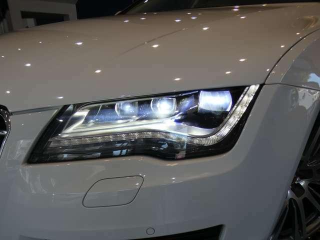 広範囲を明るく照射し高い視認性を確保するLEDオールウェザーヘッドライトを採用!夜間での視界を向上させ安全なドライブをサポートします!