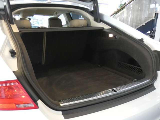 幅・奥行き共に十分なスペースを確保したトランクスペースになります!ゴルフバッグやスーツケース等も容易に収納して頂けます!オートテールゲート機能も装備しており、様々なシチュエーションにてご使用頂けます!