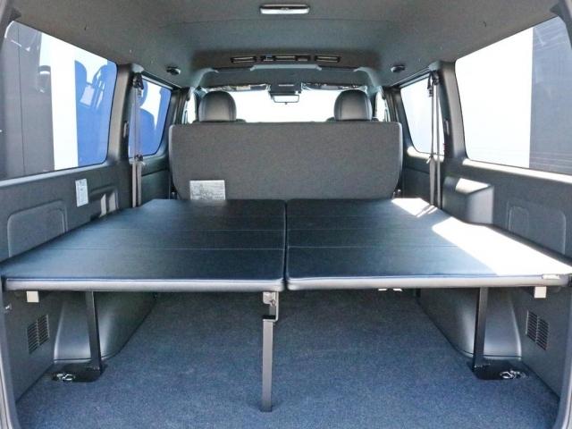 荷室スペースにはFLEXオリジナル フリップアップベッドを装着済みです!