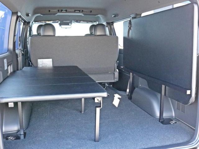 フリップアップベッドは簡単に跳ね上げ収納する事が可能なので、片側に自転車等を載せたり、跳ね上げていない側のベッドをベンチ替わりに活用したりすることも可能です。