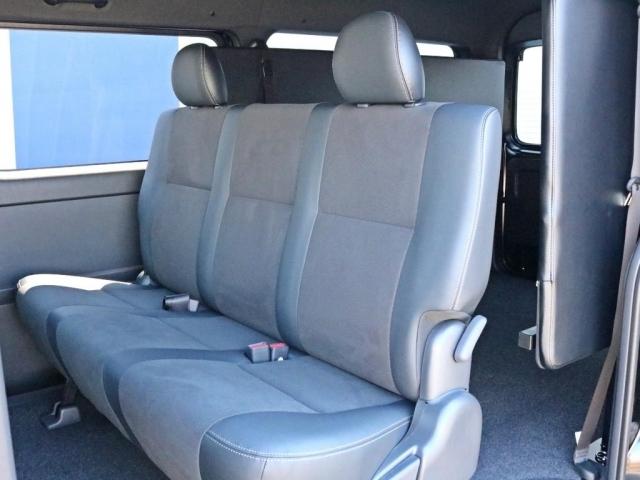 2列目シートも勿論ハーフレザーシートです。2列目シートは3点式シートベルトなのでチャイルドシートの設置も可能です。