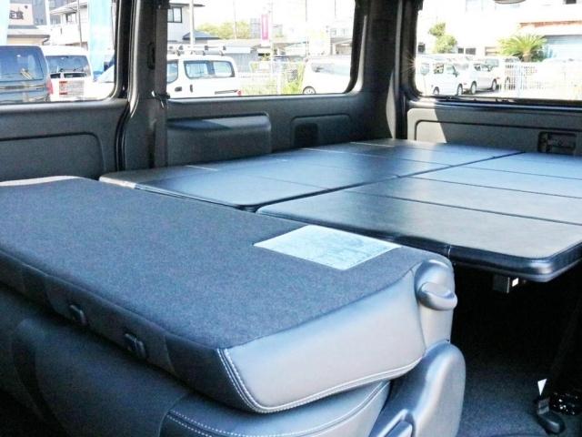 2列目シートを前方へ倒すことによって荷室スペースがフルフラットに近い状態となります。