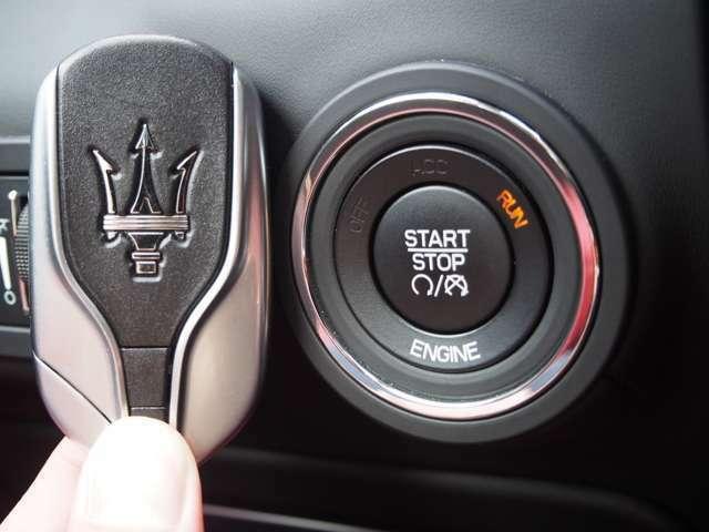 ≪イージーエントリーシステム≫ 鍵をカバンやポケットから出すことなくドアの開閉を行え、エンジンもボタンを押すだけで始動できます。いちいち鍵を出す煩わしさから解放され、両手が塞がっていても施錠できます。