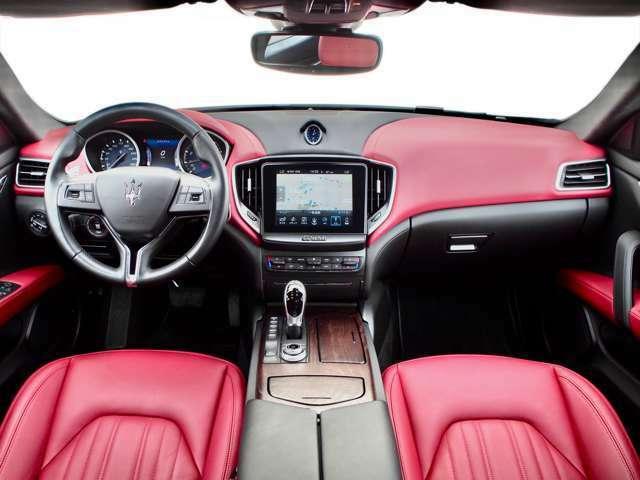 内装は「赤&黒」のインテリアカラー。 『ダブル・コックピット・レイアウト』と呼ばれる、運転席と助手席を独立させた専用デザインのダッシュボードを採用することで、スポーティさがより強調されています。