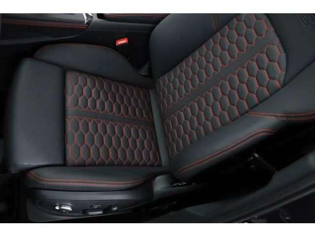 運転席は目立つ使用感なく大変きれいな状態を保っております。